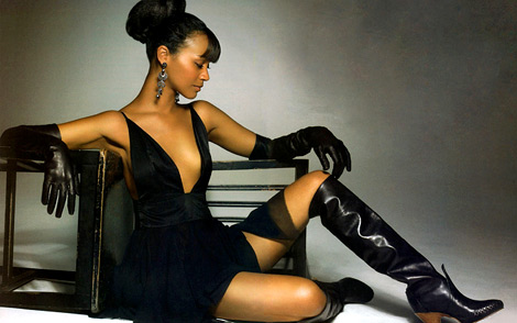 Celebrities in Gloves/Boots: Zoe Saldana in Leather Opera Gloves and Knee High Boots. Jewel Magazine, 10.2006.