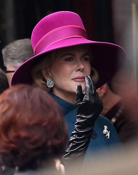Celebrities in Gloves: Nicole Kidman in Leather Gloves. Grace of Monaco Set, 01.2014.